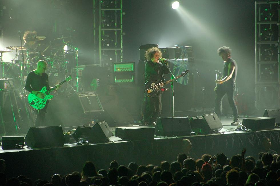 1024px-The_Cure_Live_in_Singapore_2-_1st_August_2007.jpg