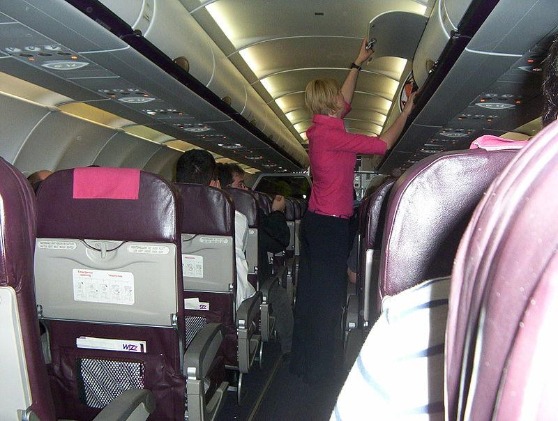 800px-A_Wizz_Air_Airbus_A320_típusú_repülőgépének_fedélzete_légiutas-kísérővel.JPG