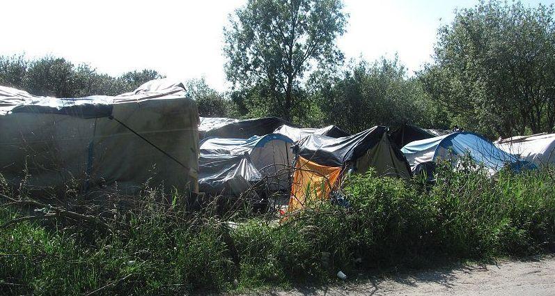800px-Calais_refugee_camp_4.JPG