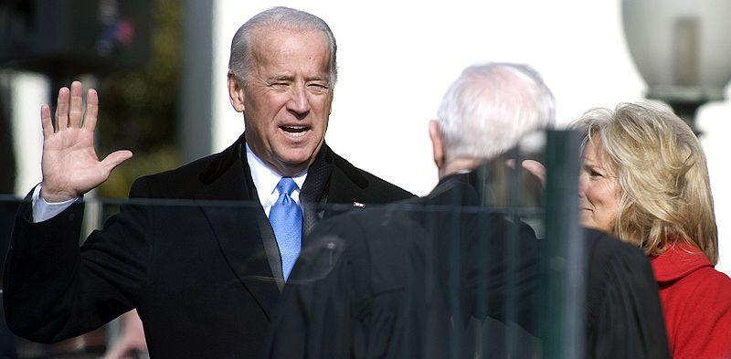 800px-Joe_Biden_sworn_in_1-20-09_hires_090120-N-0696M-204a.jpg