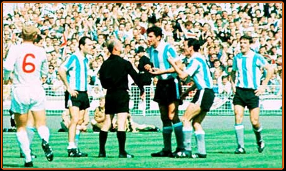 Antonio-Rattin-sent off World Cup 1966.png
