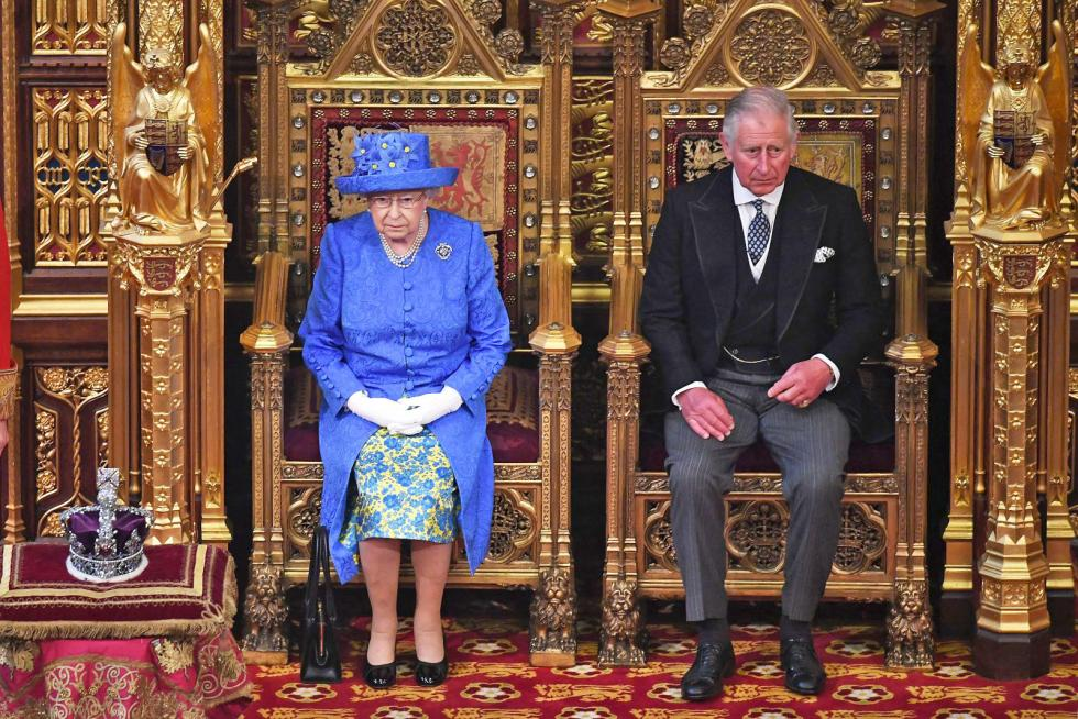 britains-queen-elizabeth-ii-sits-alongside-her-son-britains-prince-picture-id699168102-ed.jpg