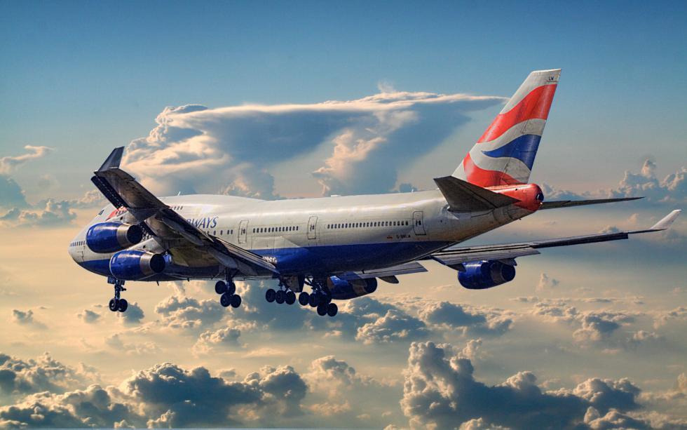 British_Airways_Boeing_747-400_leaving_town.jpg