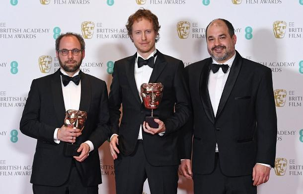 Nemes Jeles László rendező, valamint Sipos Gábor és Rajna Gábor producerek a BAFTA-díjkiosztón.jpg